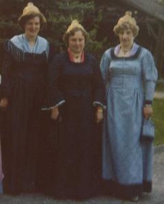 Außen: Fahnenpatinnen Friederike Zarbl und Karoline Schachinger; Mitte: Fahnenmutter Hauer Theresia